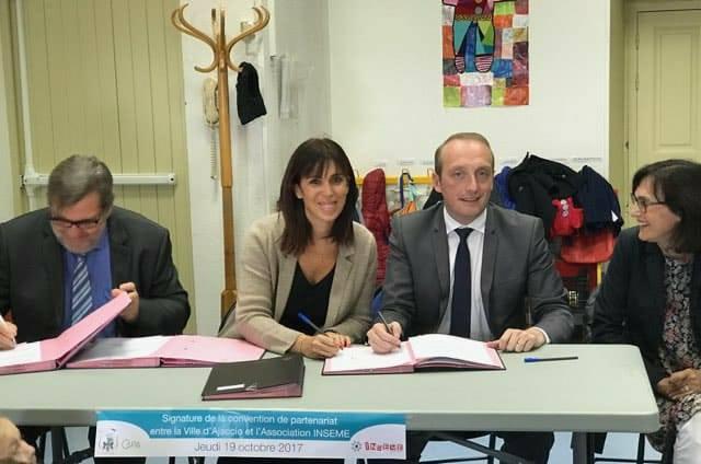 Laetitia Cucchi, présidente de l'association Inseme et Laurent Marcangeli, lors de la signature ce jeudi 19 octobre à l'école Soeur Alphonse.