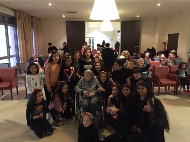 Les enfants de la Maison de Quartier des Cannes fêtent Noël à l'EHPAD Sainte Cécile