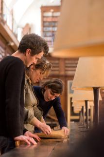 Simone Martini travaille avec Vannina Schirinsky-Schikhmatoff, chargée de mission à la Ville d'Ajaccio, à la conservation et à la restauration du fonds ancien et Elisabeth Périé, directrice du réseau des Bibliothèques et Médiathèques d'Ajaccio.