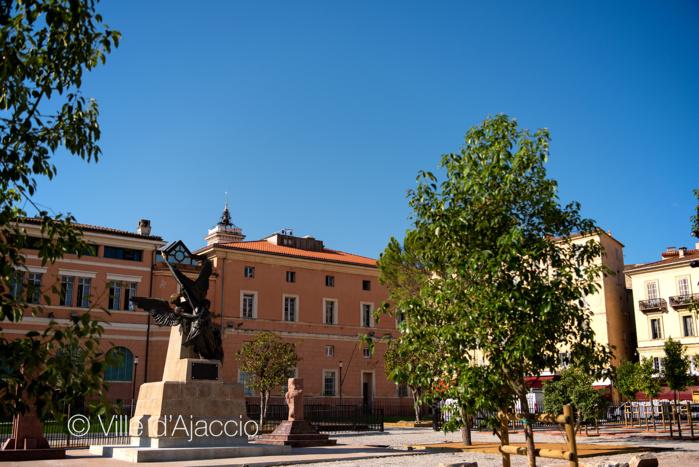 Le monument aux morts reconstitué de la place César Campinchi.
