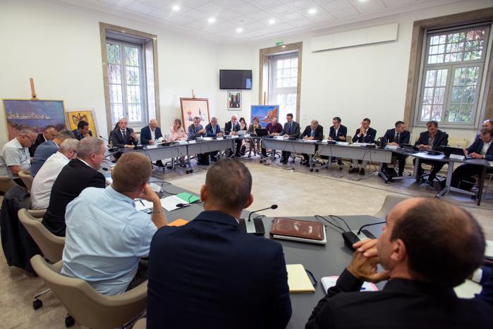 La réunion de co-construction entre les acteurs de l'activité commerciale maritime a permis de poser le problème de la pollution des navires (photo Ville d'Ajaccio).