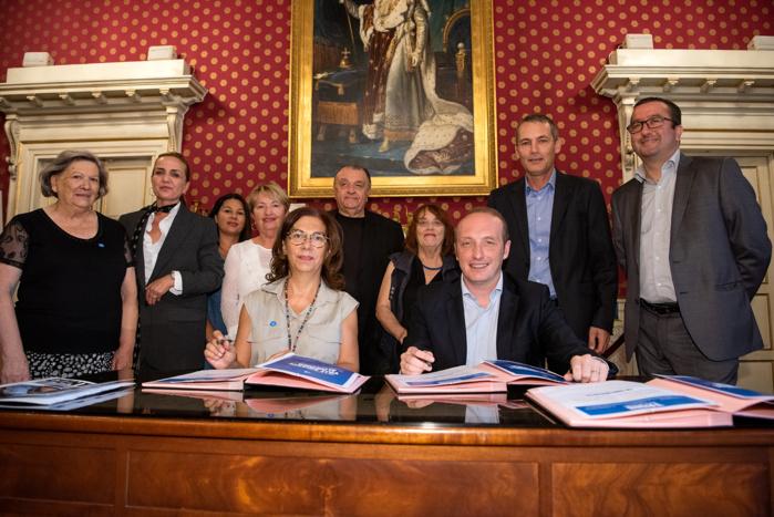 """Marie-Josée Joly, présidente de l'association France Alzheimer de Corse-du-Sud et le maire d'Ajaccio, Laurent Marcangeli ont signé ce matin la charte """"Ville aidante"""" (photo Ville d'Ajaccio.)"""