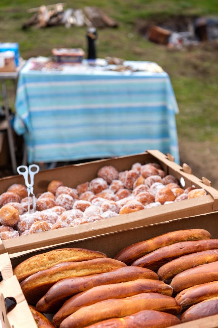 Fritelle, canistrons à l'anis, nature ou aux raisins, ambrucciati, sont proposés à la vente et accompagnés d'une poignée de petits pains à faire bénir.
