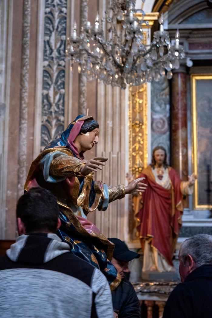 Quatre mois de restauration au Centre de conservation et de restauration du patrimoine immobilier de Corse à Calvi ont été nécessaires pour rendre ses couleurs originelles à sainte patronne de la ville d'Ajaccio.