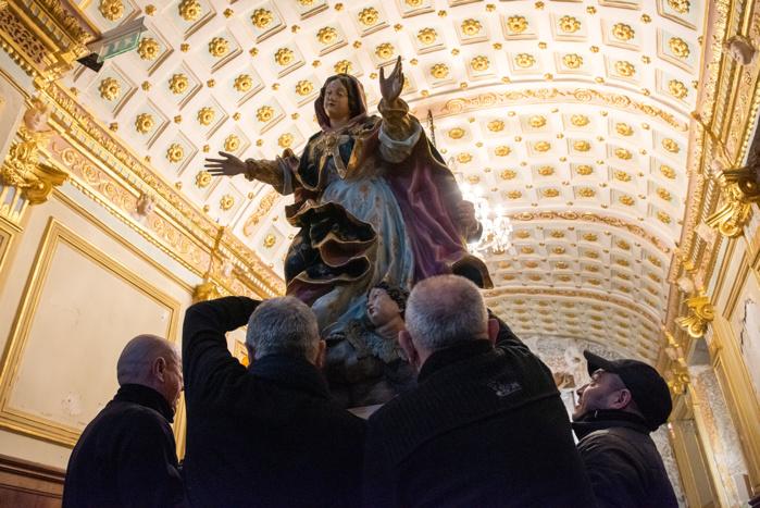 Chaque année, des bénévoles préparent la statue en vue des célébrations.