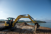 La pelle recouvre de sable quelques posidonies, une alternative à leur déplacement provisoire (Photos Ville d'Ajaccio).