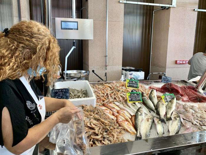 Les bancs des poissonniers proposent la pêche du golfe et de délicieux accompagnements...