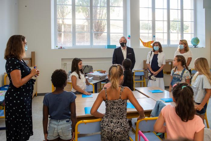 Le maire d'Ajaccio, Laurent Marcangeli accompagné de Rose-Marie Ottavy-Sarrola en charge des affaires scolaires et du temps de l'enfant, a accompagné les élèves de l'école Charles Bonafedi pour ce premier jour de rentrée.