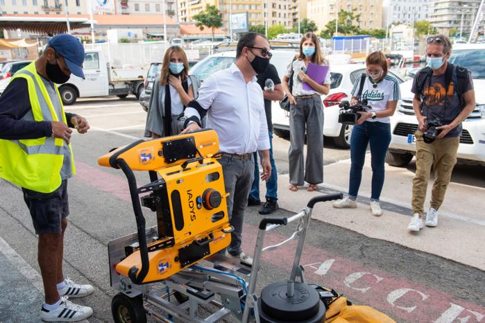 Le directeur du port Charles Ornano, Paul Corticchiato présente le Jellyfishbot, un petit robot de surface à propulsion électrique capable de collecter différents types de pollution à la surface de l'eau.