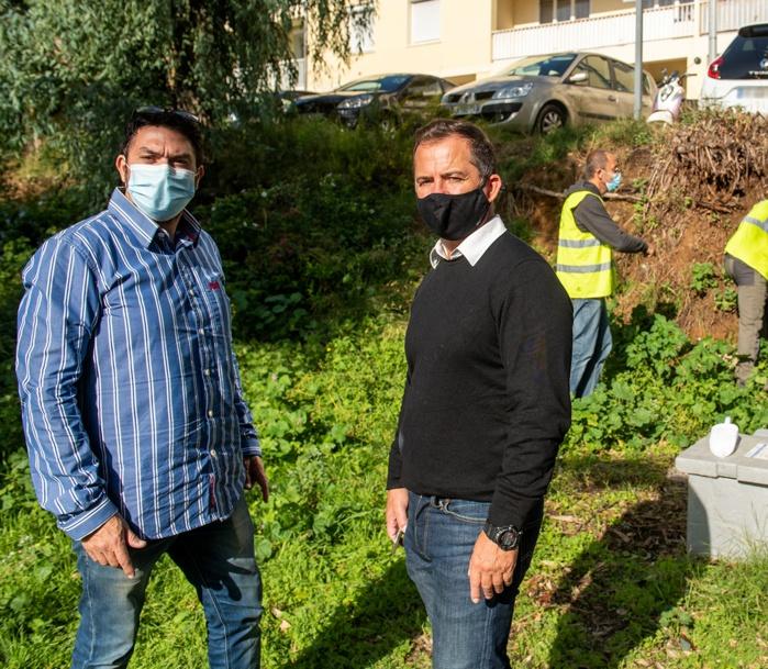 David Nadja de l'entreprise CO2A et Jean-Pierre Aresu, adjoint délégué à l'hygiène et à la santé au Parc Berthault dont un talus envahi par les rats a été traité par carboglace (Photos Ville d'Ajaccio).