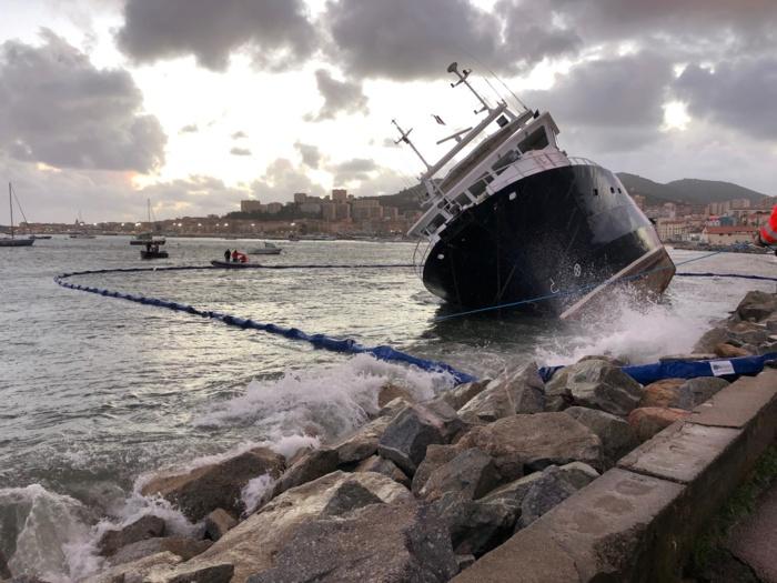 Qualiporti : Le barrage flottant du port Charles Ornano déployé