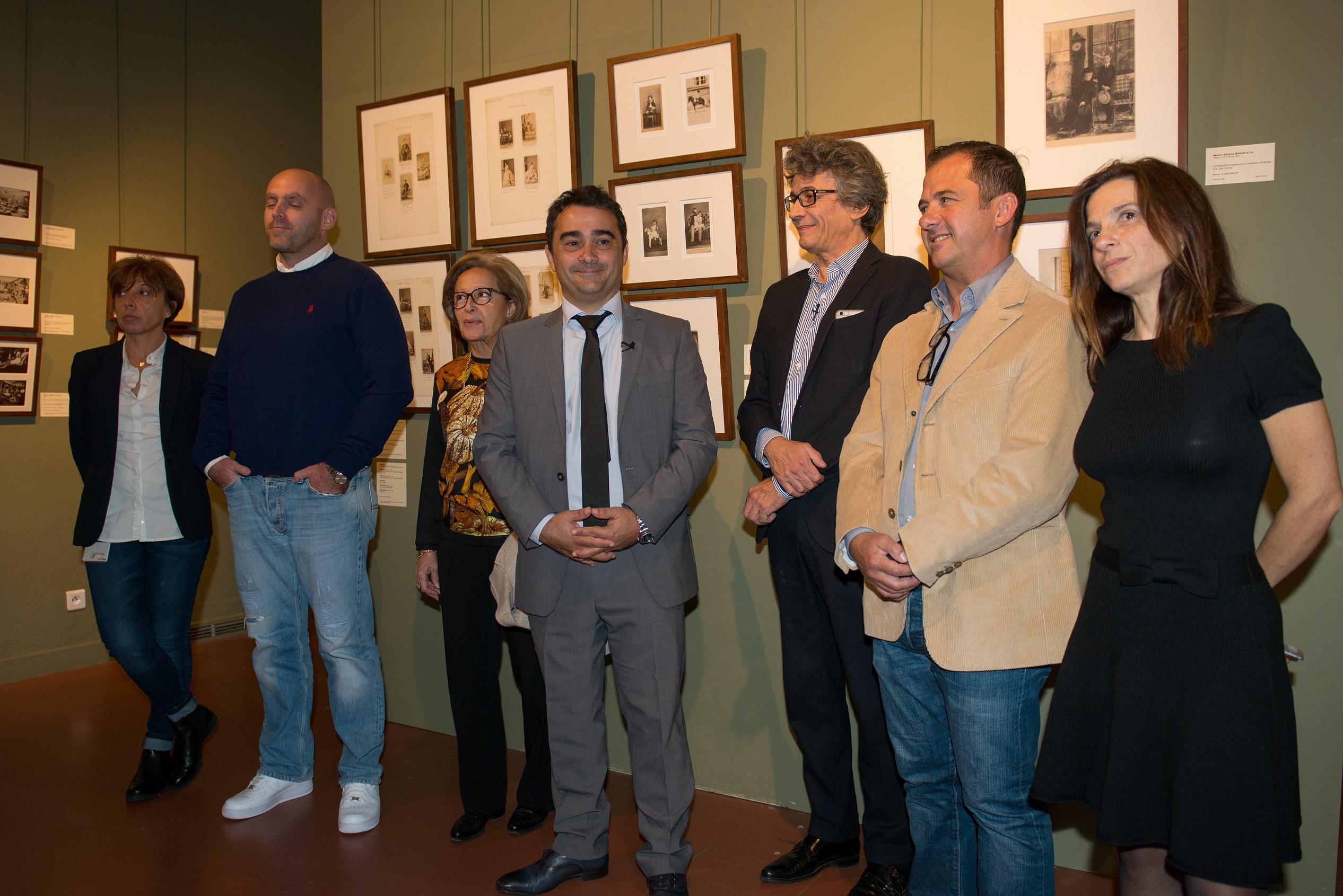Stéphane Sbraggia (au centre), 1er adjoint à la Ville, accompagné de Simone Guerrini, déléguée à la culture et au patrimoine a inauguré l'exposition des oeuvres issues de la donation Forbes. Photos Ville d'Ajaccio.