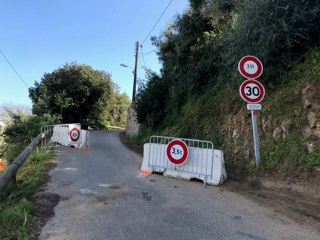Des chicanes d'entrée matérialisent la limitation d'accès aux véhicules de moins de 3,5 t.