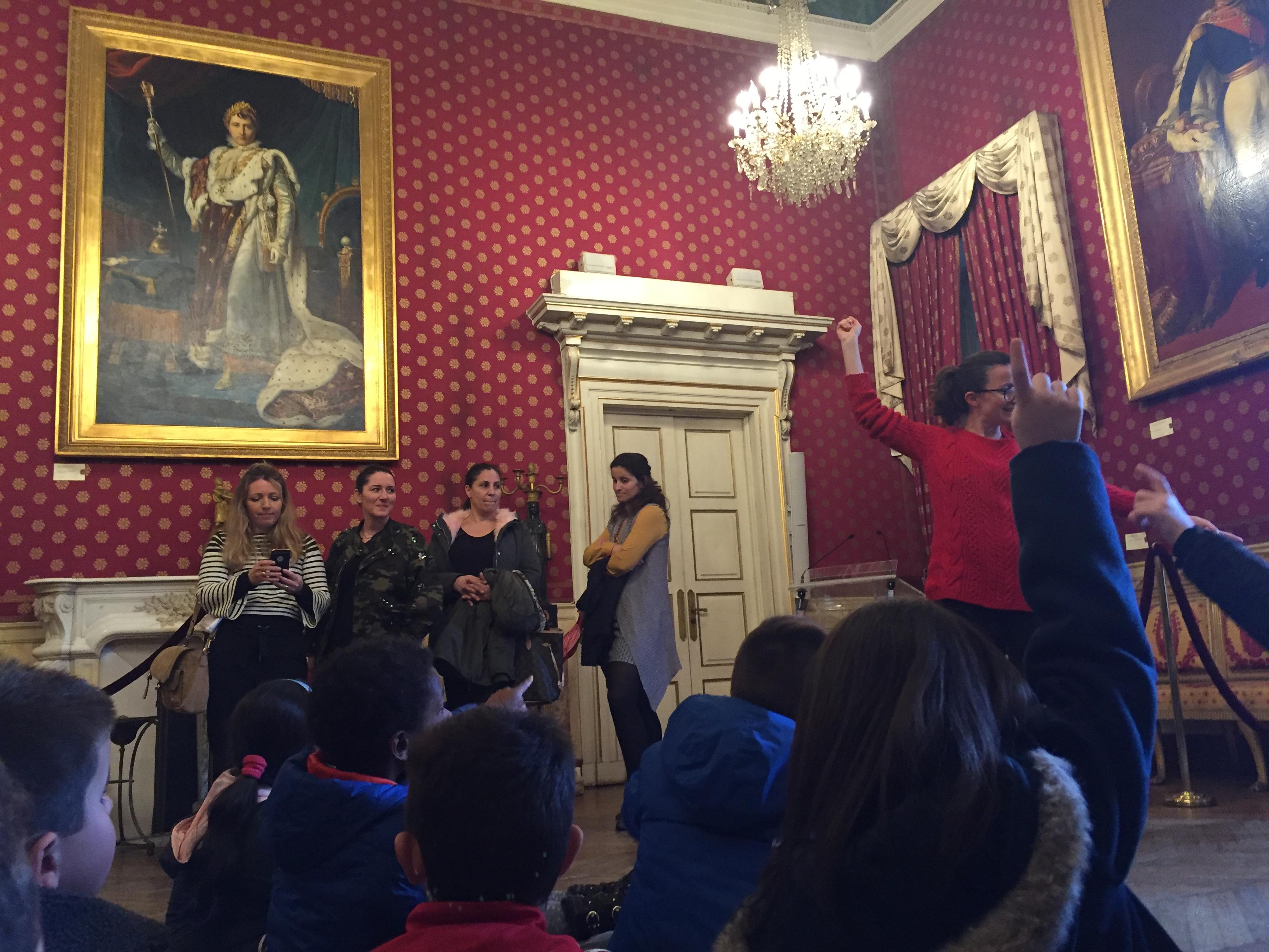 La signature des contrats Coup de Pouce a été accompagnée d'une visite du Salon napoléonien de l'Hôtel de Ville animée par Julie Baltzer, médiatrice culturelle au Palais Fesch.