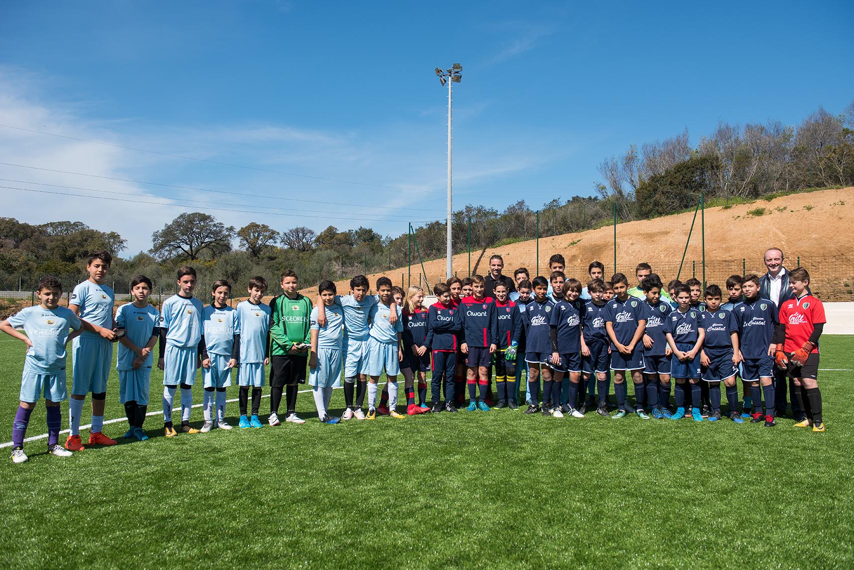 Les jeunes footballeurs des clubs de la JSA, de l'AS des Cannes, du GFCA, du FCA, de l'ACA et de Bocognano avec Yannick Cahuzac.