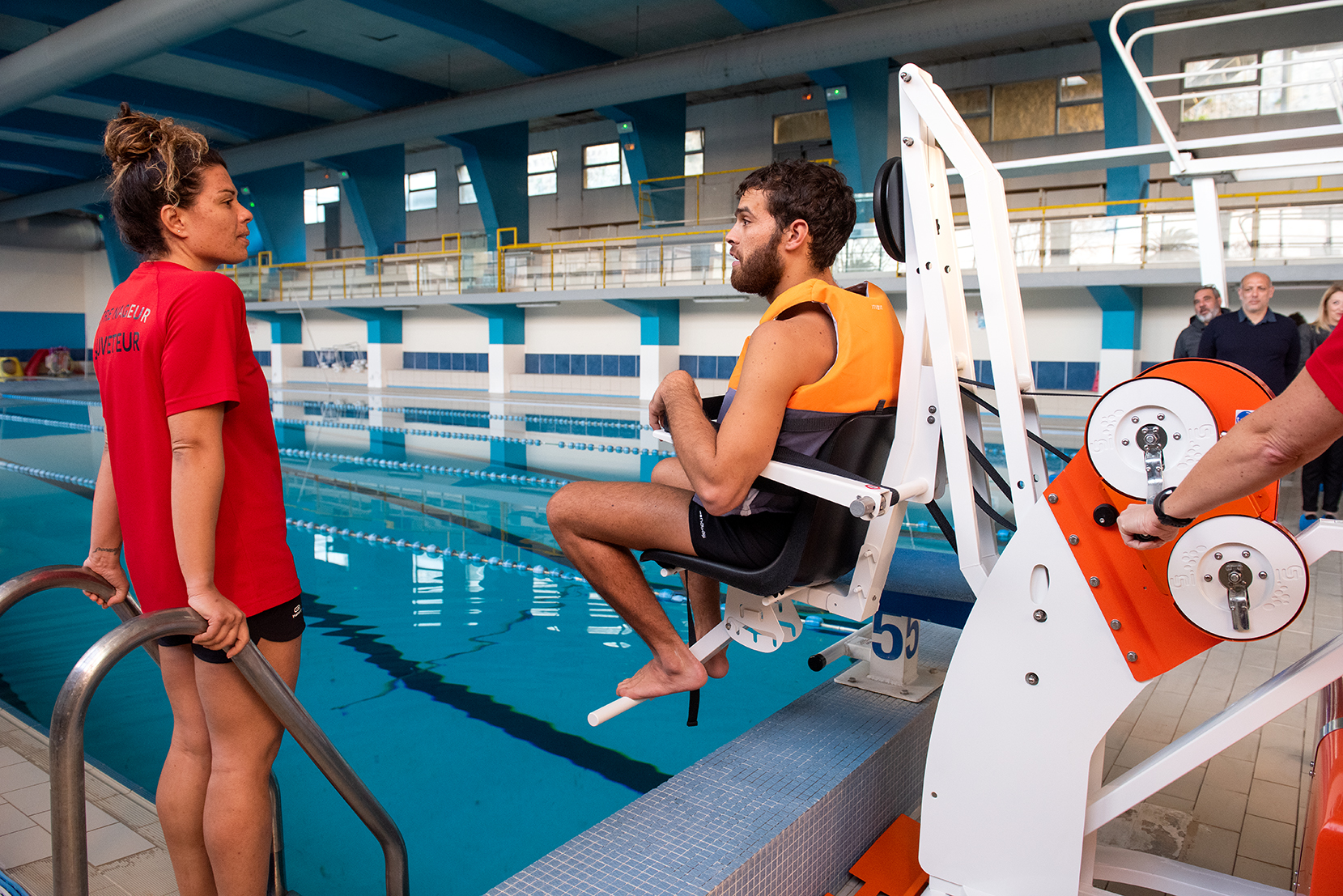 Christophe, 24 ans, a inauguré le fauteuil de mise à l'eau de la piscine du complexe Pascal Rossini (Photos Ville d'Ajaccio).