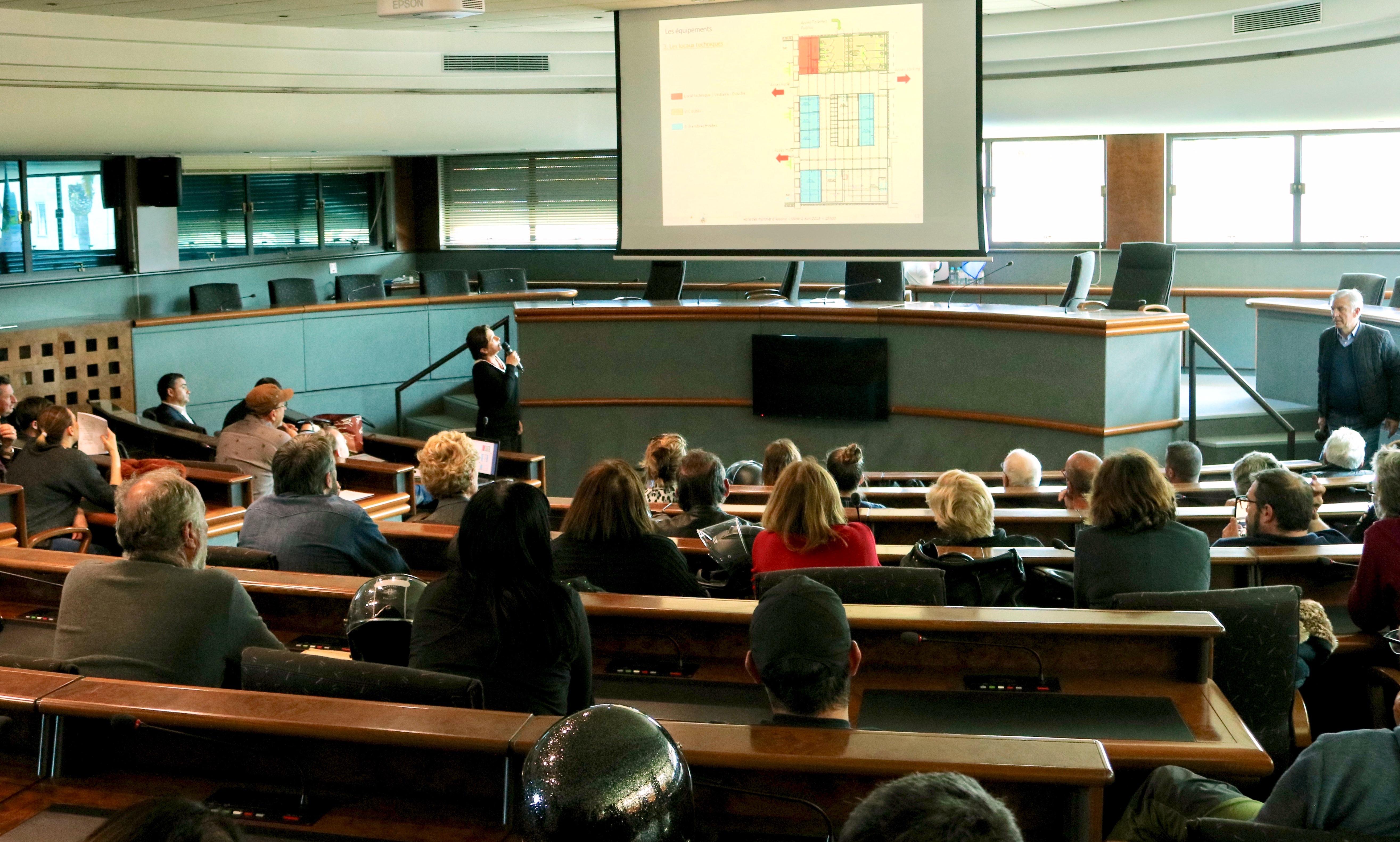 Présentation en salle du conseil municipal pleine, du projet de la future Halle des marchés de la place Campinchi.