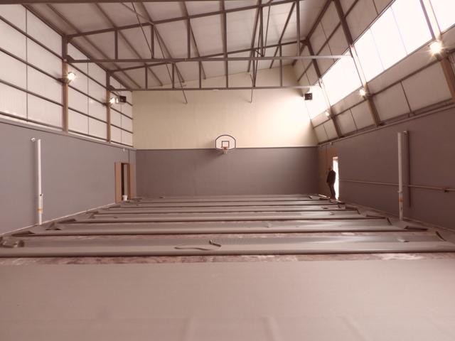 Installation du nouveau sol sportif du gymnase Saint-Jean.