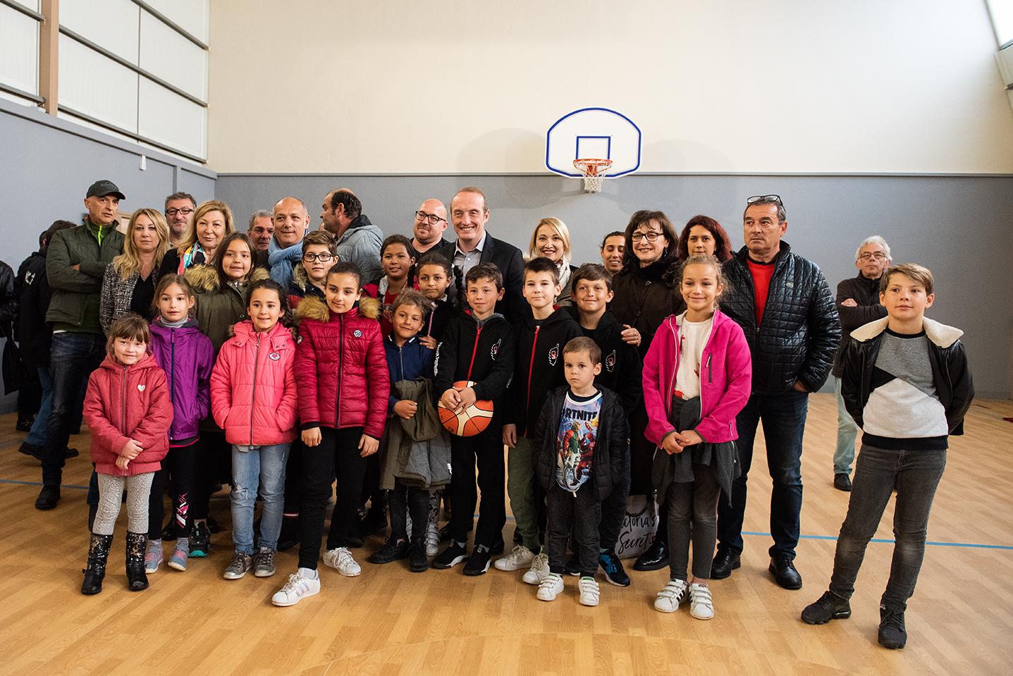 Laurent Marcangeli entouré d'élus, de représentants d'associations sportives et de jeunes sportifs aussi, a inauguré la rénovation du gymnase Saint-Jean ce mercredi 10 avril (Photos Ville d'Ajaccio).