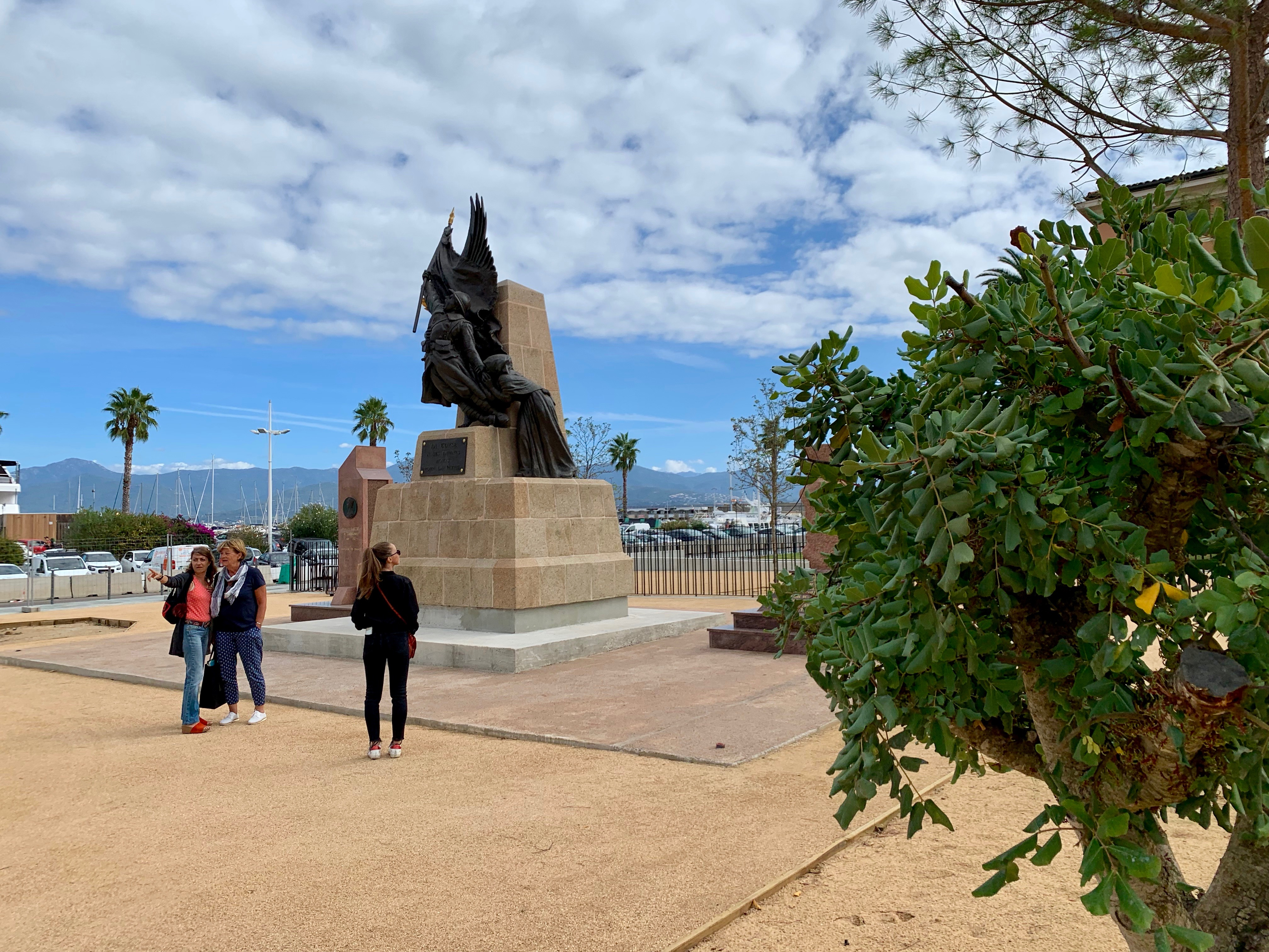 Après une restauration complète dans un atelier spécialisé le monument aux morts à retrouvé sa place.
