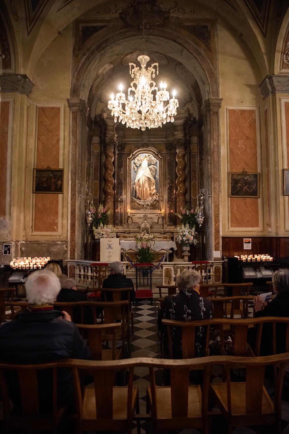 Chaque soir depuis lundi 9 mars, des fidèles prient Notre Dame de la Miséricorde devant l'autel qui lui est consacré (Photos Ville d'Ajaccio).