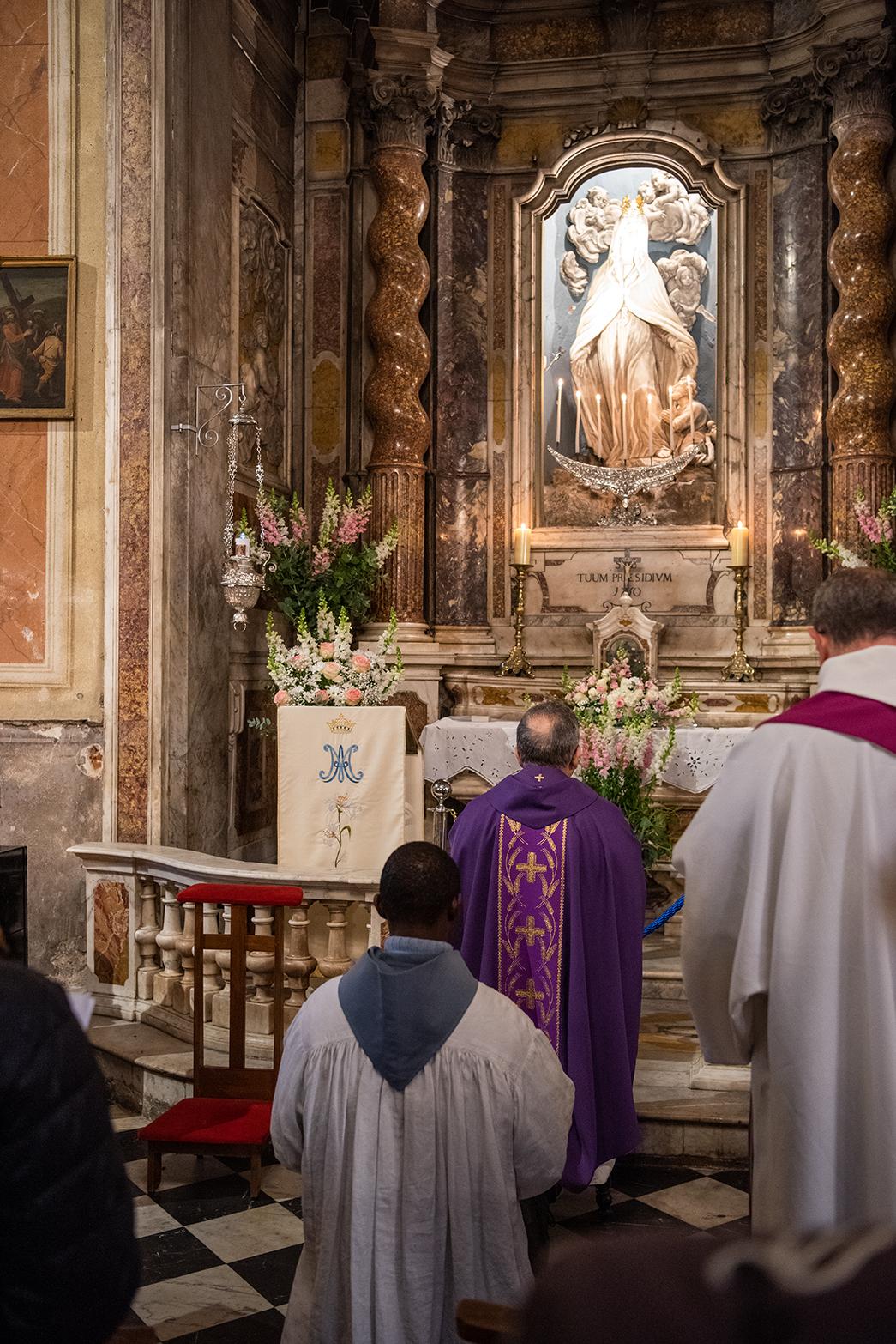 Les neuvaines devant l'autel qu'abrite la statue édifiée en 1750.