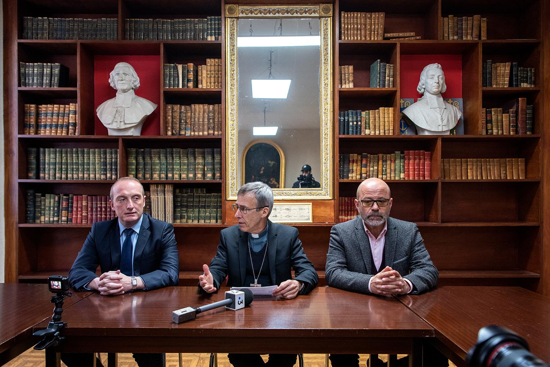 Mgr Olivier de Germay entouré du maire d'Ajaccio Laurent Marcangeli et du député Jean-Jacques Ferrara lors de la conférence de presse ce vendredi 13 mars à l'évêché (Photos Ville d'Ajaccio).
