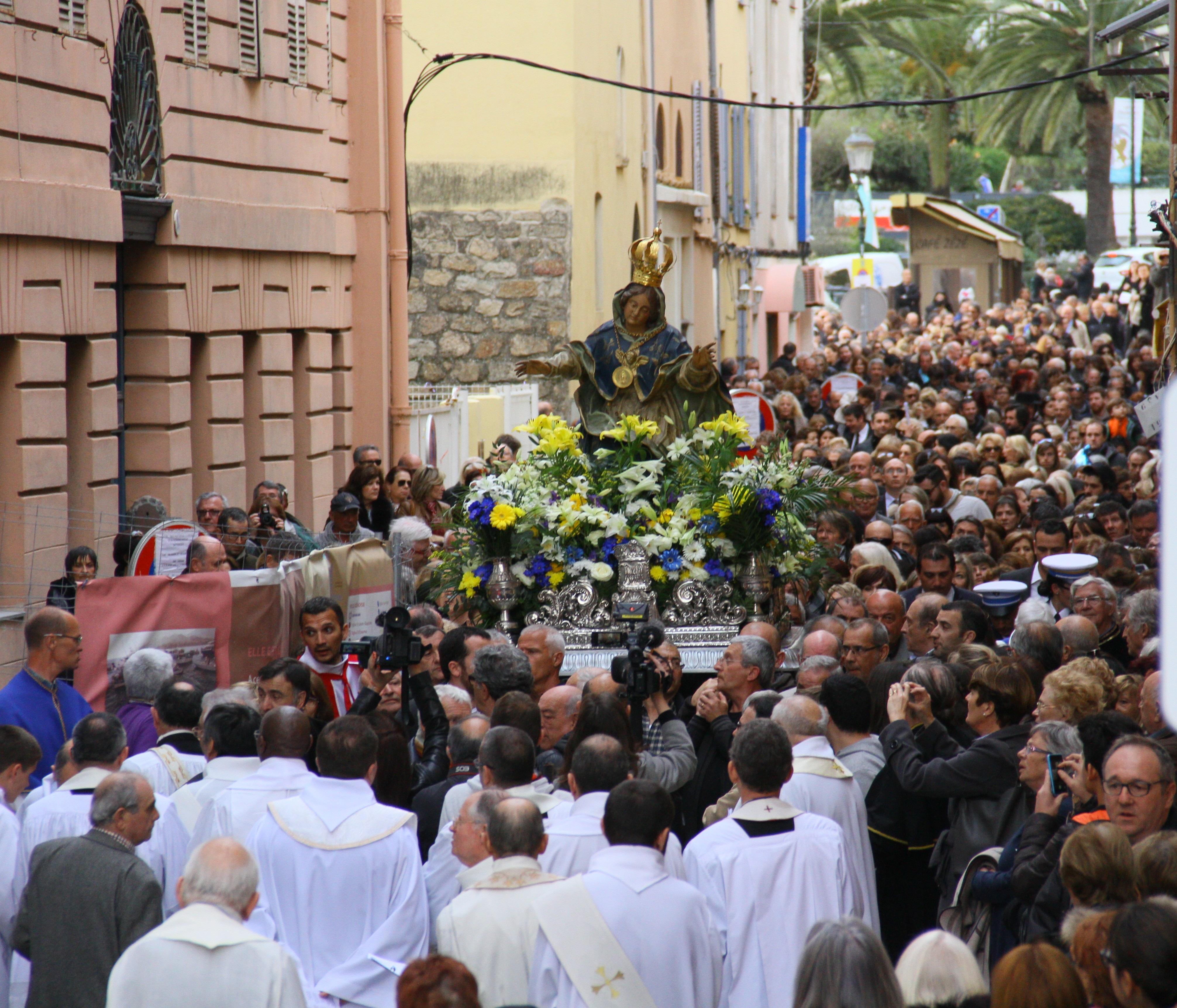 La procession qui rassemble des milliers de personnes dans les rues d'Ajaccio est reportée.