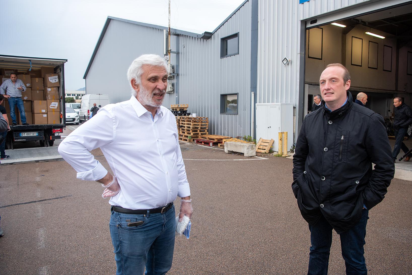 Le président de Corsicatours, Jean-Marc Ettori et Laurent Marcangeli lors de la livraison des masques FFP2 ce lundi à l'aéroport d'Ajaccio où vient d'atterrir le Boeing spécialement affrété (Photos Ville d'Ajaccio).