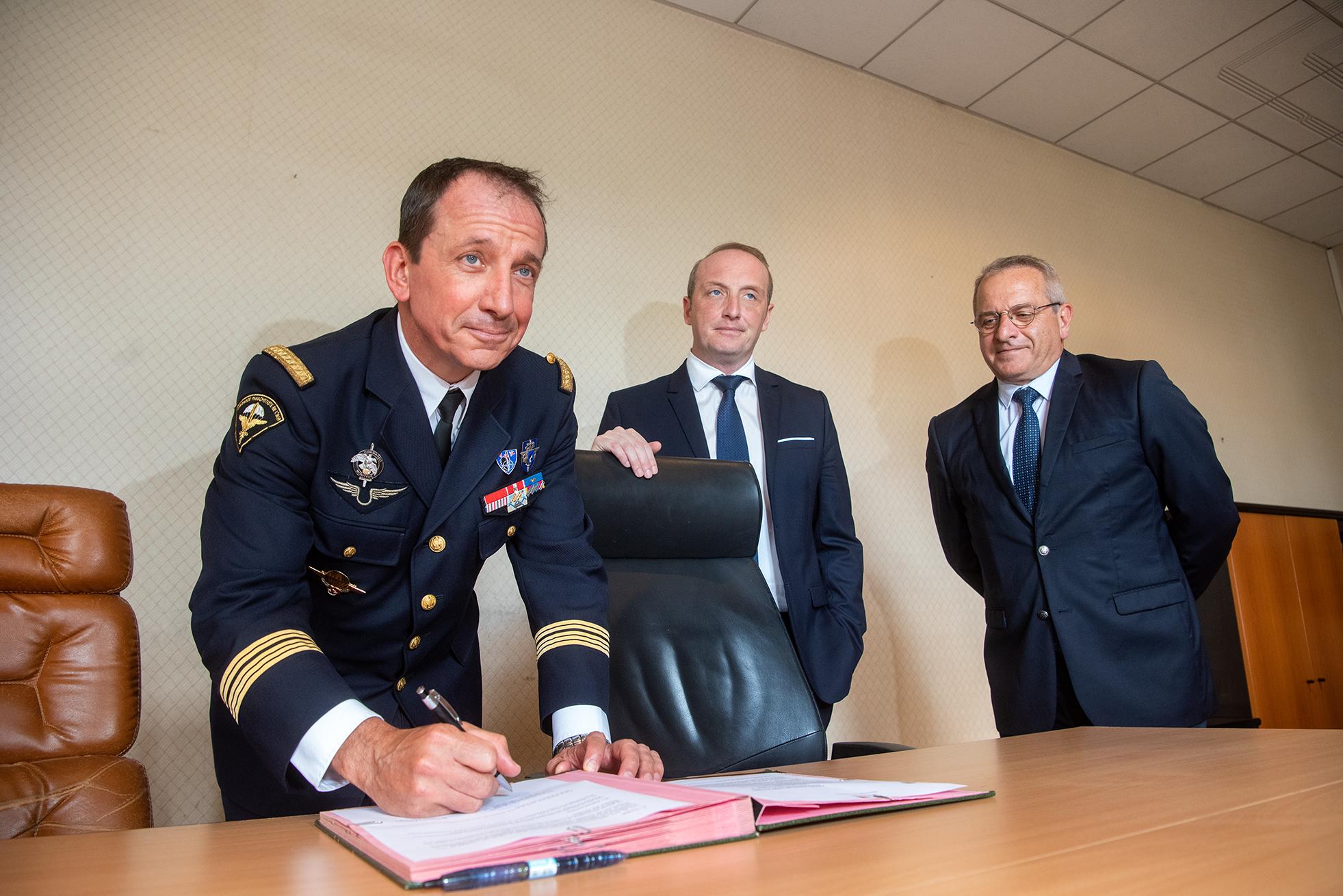 Le colonel Ribette commandant la base de Ventiseri-Solenzara dont dépend la garnison d'Ajaccio et à ce titre représentant de l'Etat, signe à son tour l'état des lieux.