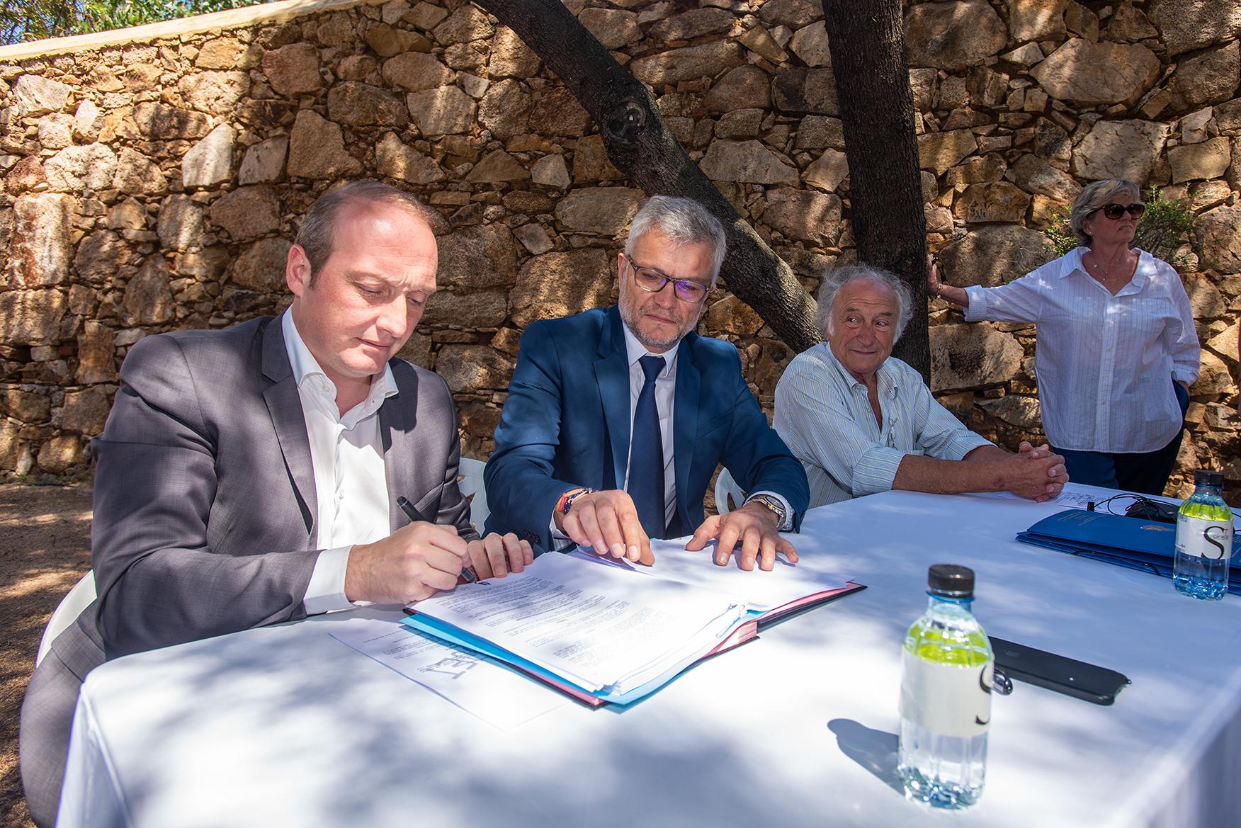 Signature de l'acte de donation des époux Ollandini au profit de la Ville d'Ajaccio dans l'enceinte du Lazaret-Ollandini (Photos Ville d'Ajaccio).