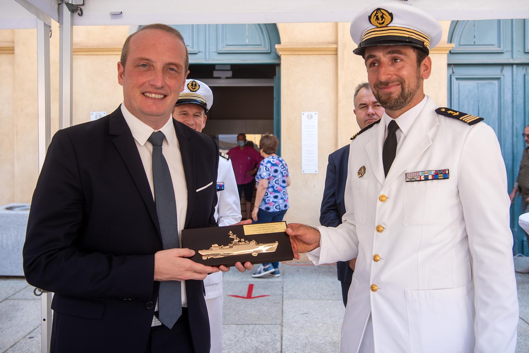 Laurent Marcangeli et le commandant Renan Paillereau commandant du navire militaire le Commandant Cucuing (Photos Ville d'Ajaccio).