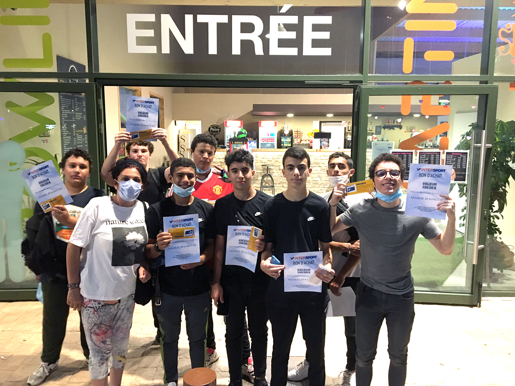 Remise des bons d'achats de matériels informatiques et de sport après une journée de karting indoor, la Brigade Verte récompensée (Photos Ville d'Ajaccio).