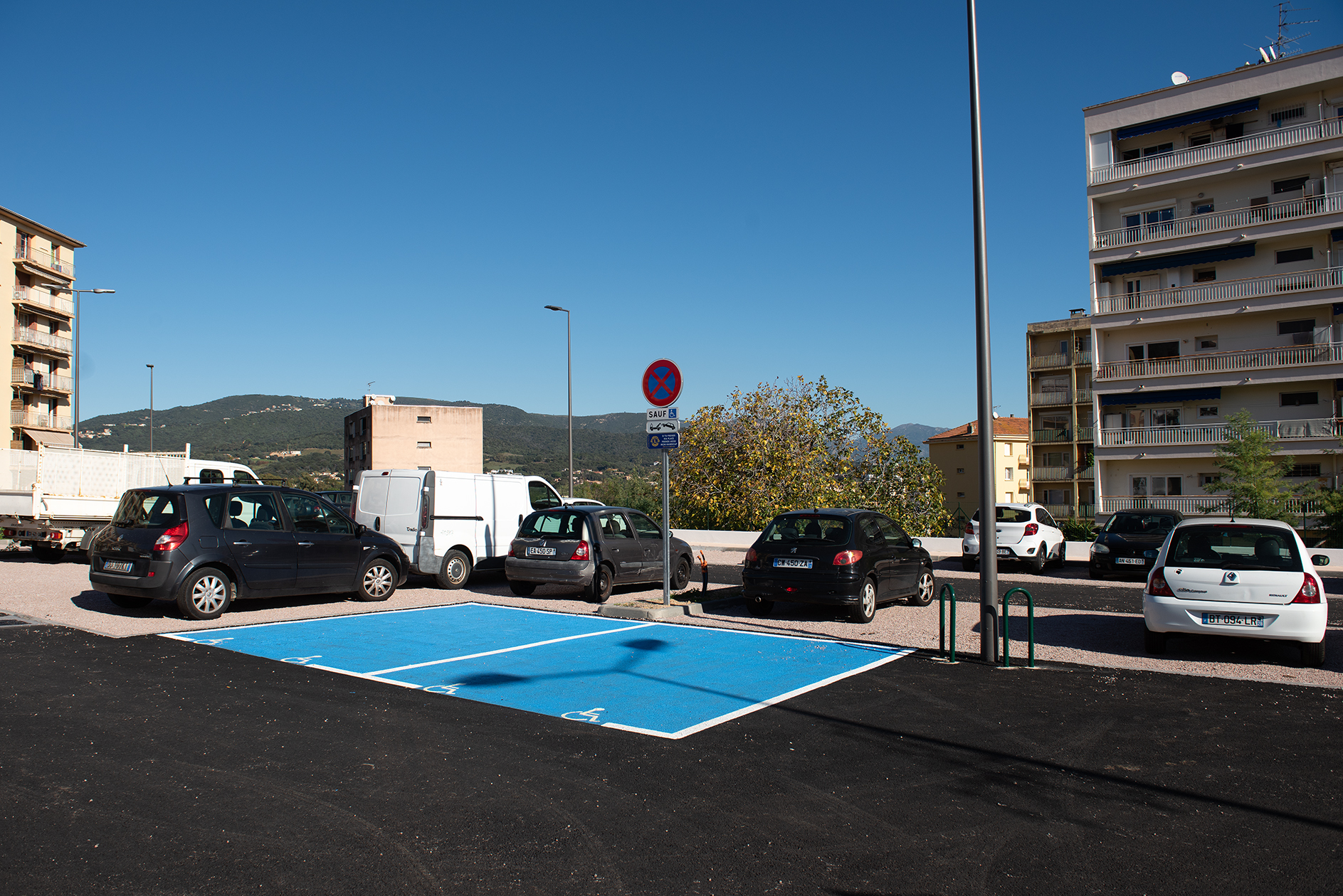Deux places PMR sont matérialisées dès l'entrée du parking.