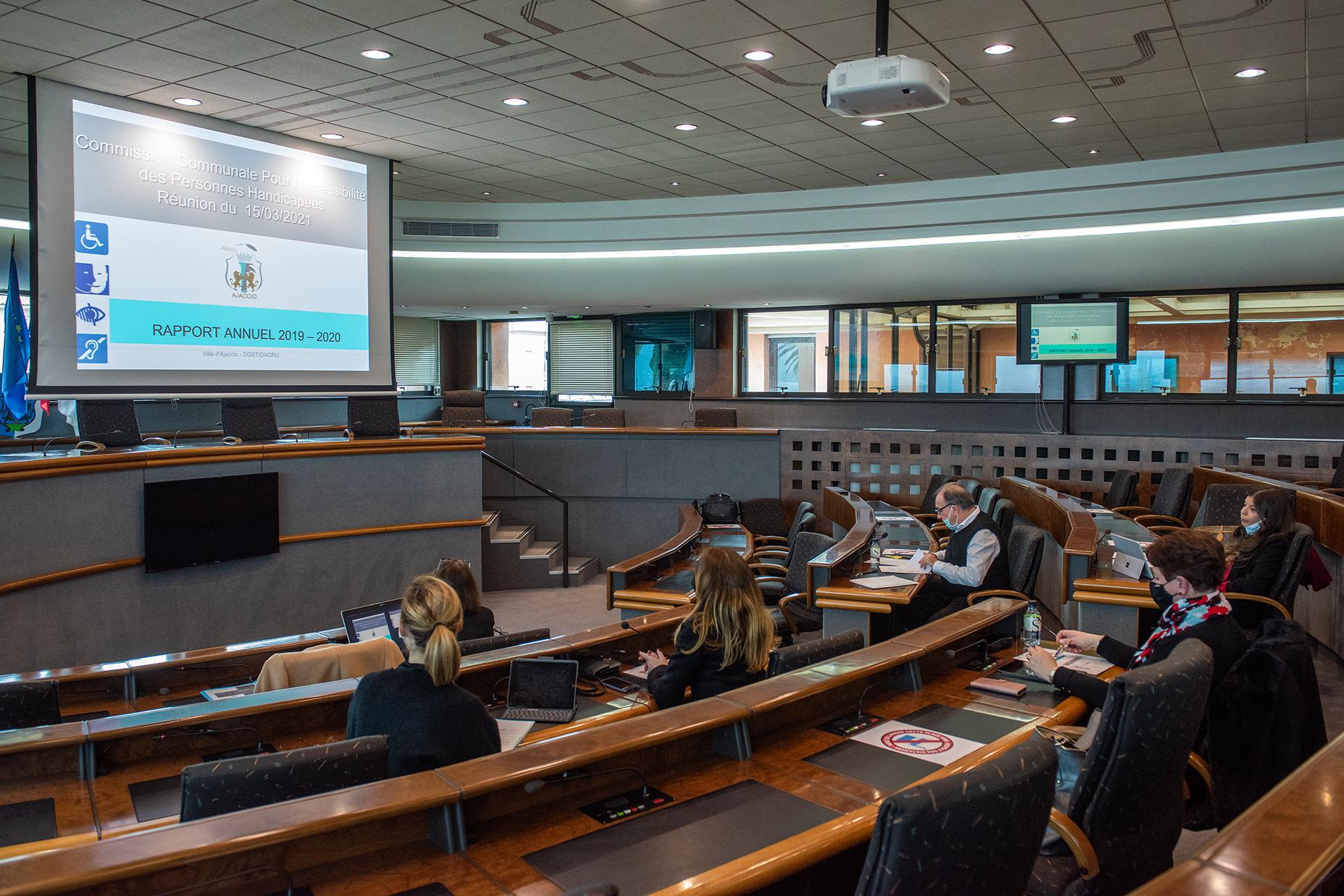 La commission dédiée à l'accessibilté des personnes handicapées a pu se réunir en salle du conseil municipal de lundi 15 mars (photos Ville d'Ajaccio).