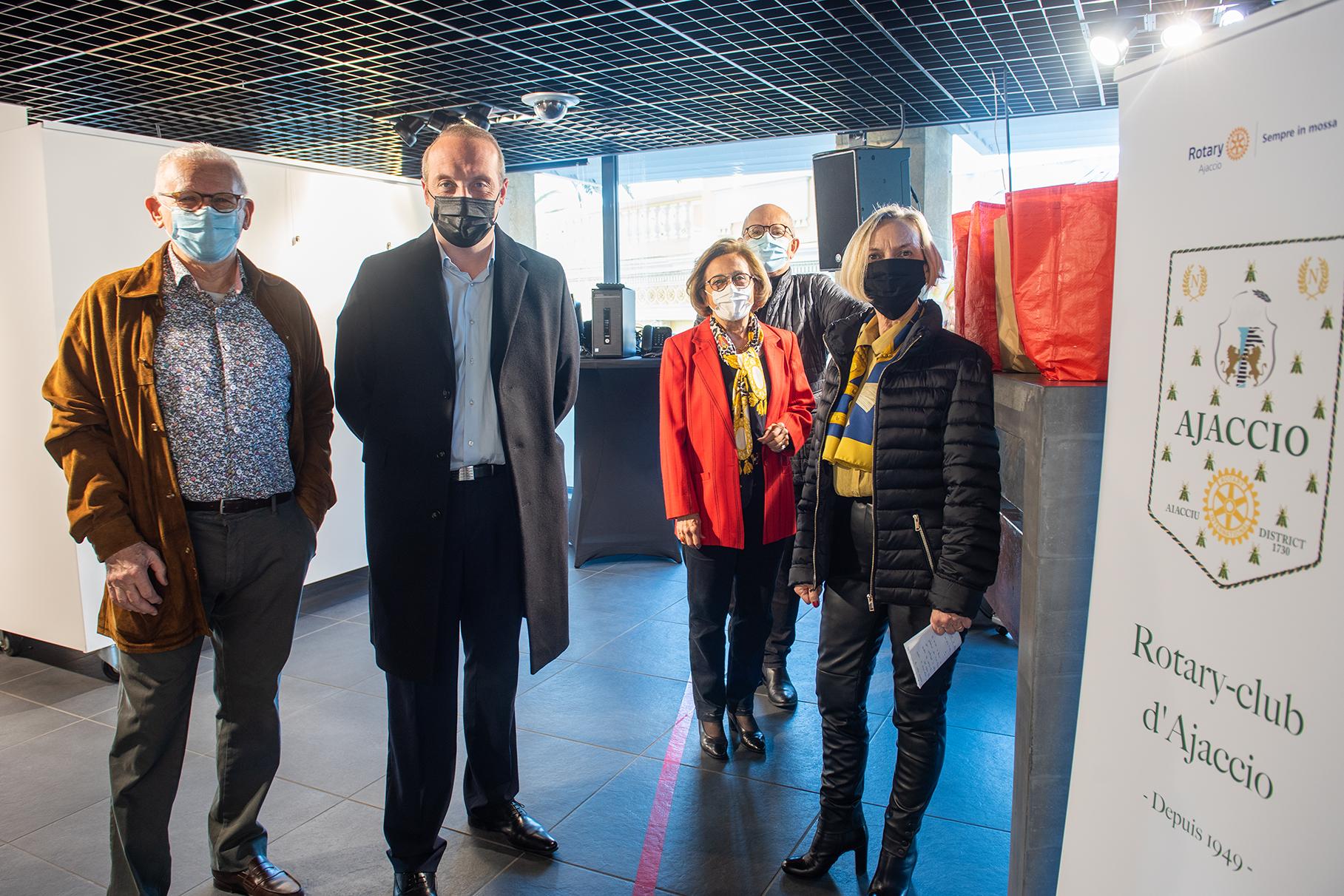 Laurent Marcangeli entouré de Simone Guerrrini adjointé déléguée à la culture et au patrimoine, de Pierre Franceschi, Marcelle Franceschi et Jean arrighi membres du Rotary-club doyen d'Ajaccio (photos Ville d'Ajaccio).