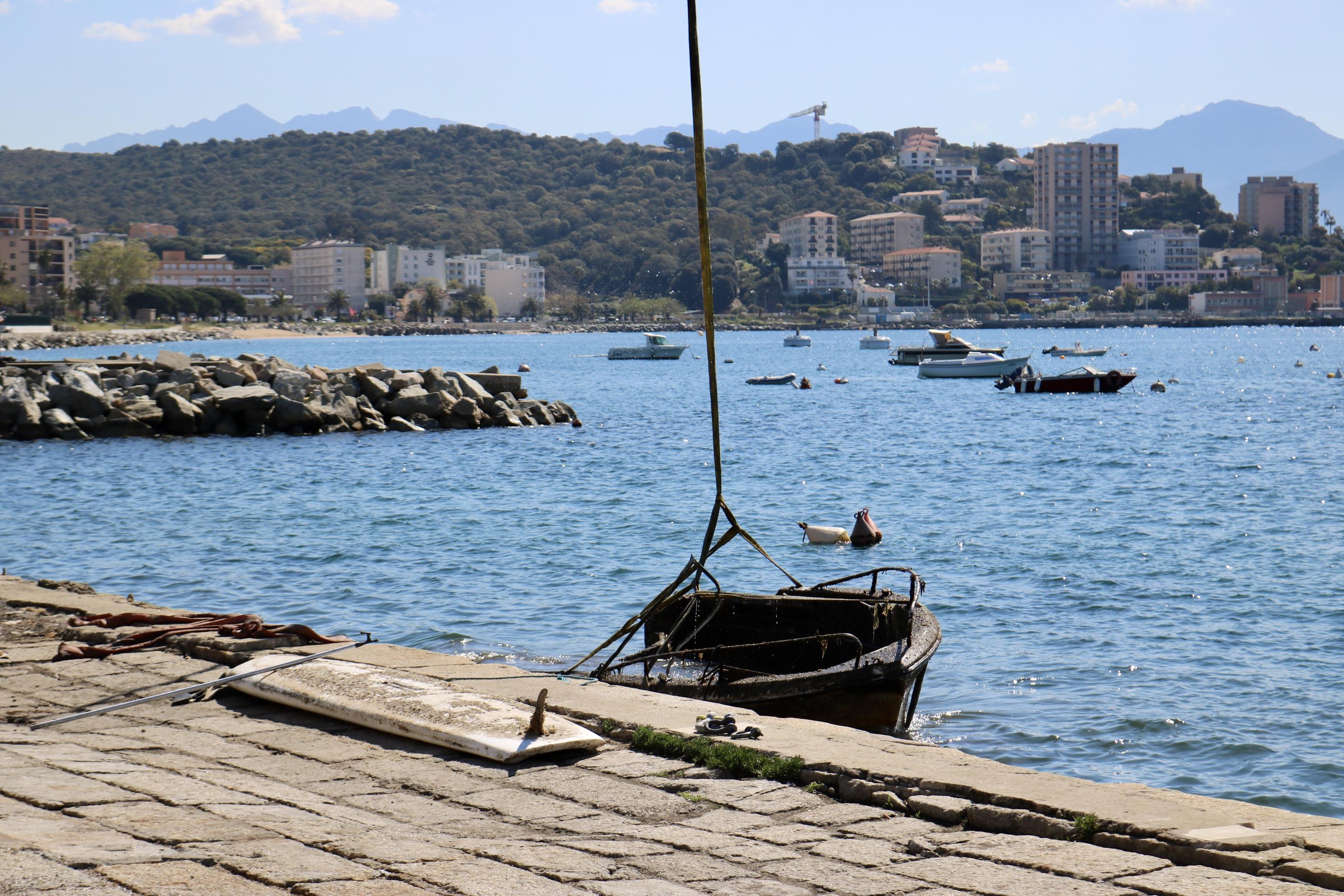 La Ville d'Ajaccio procède à la dépollution du port Charles Ornano