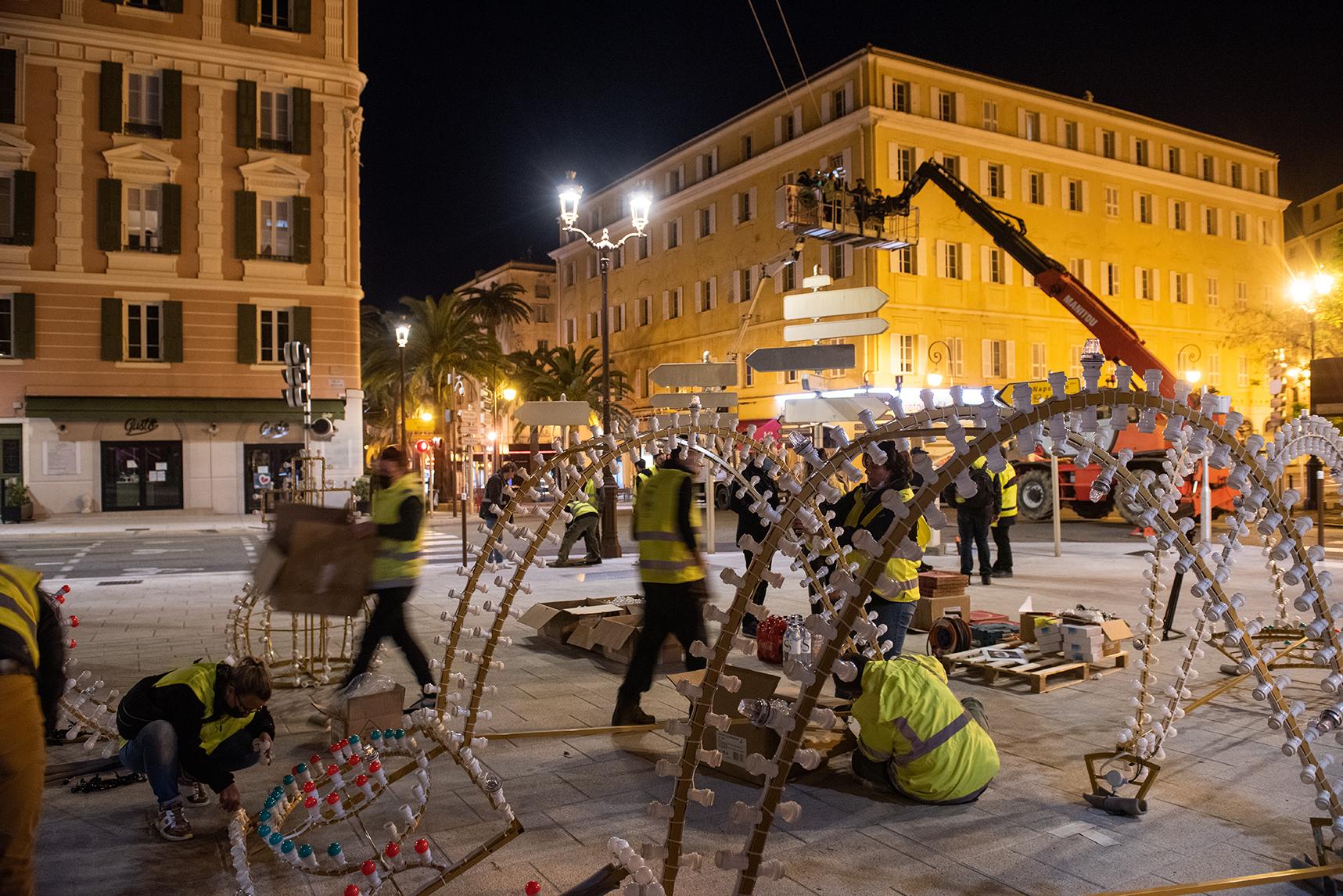 Dans la nuit de lundi, quelques heures avant l'accrochage de la couronne, les agents municipaux de l'éclairage public ont vissé les milliers d'ampoules sur place.
