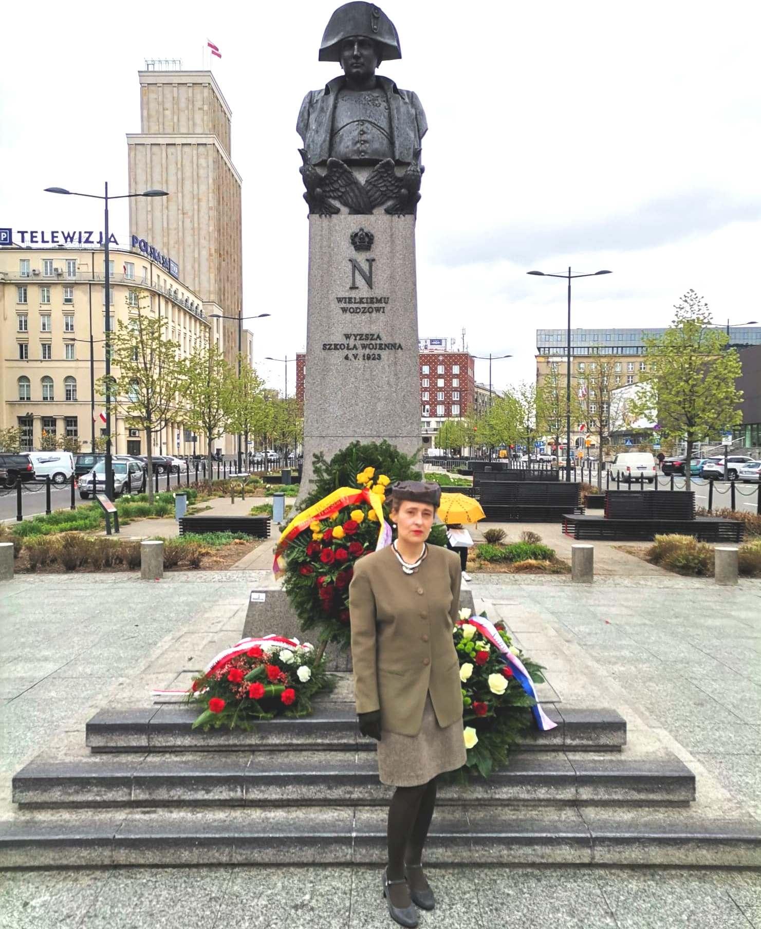 Agnieska Pudlis, poétesse polonaise, a fleuri le monument Napoléon à Varsovie où l'Empereur tient une place importance (Photos DR).