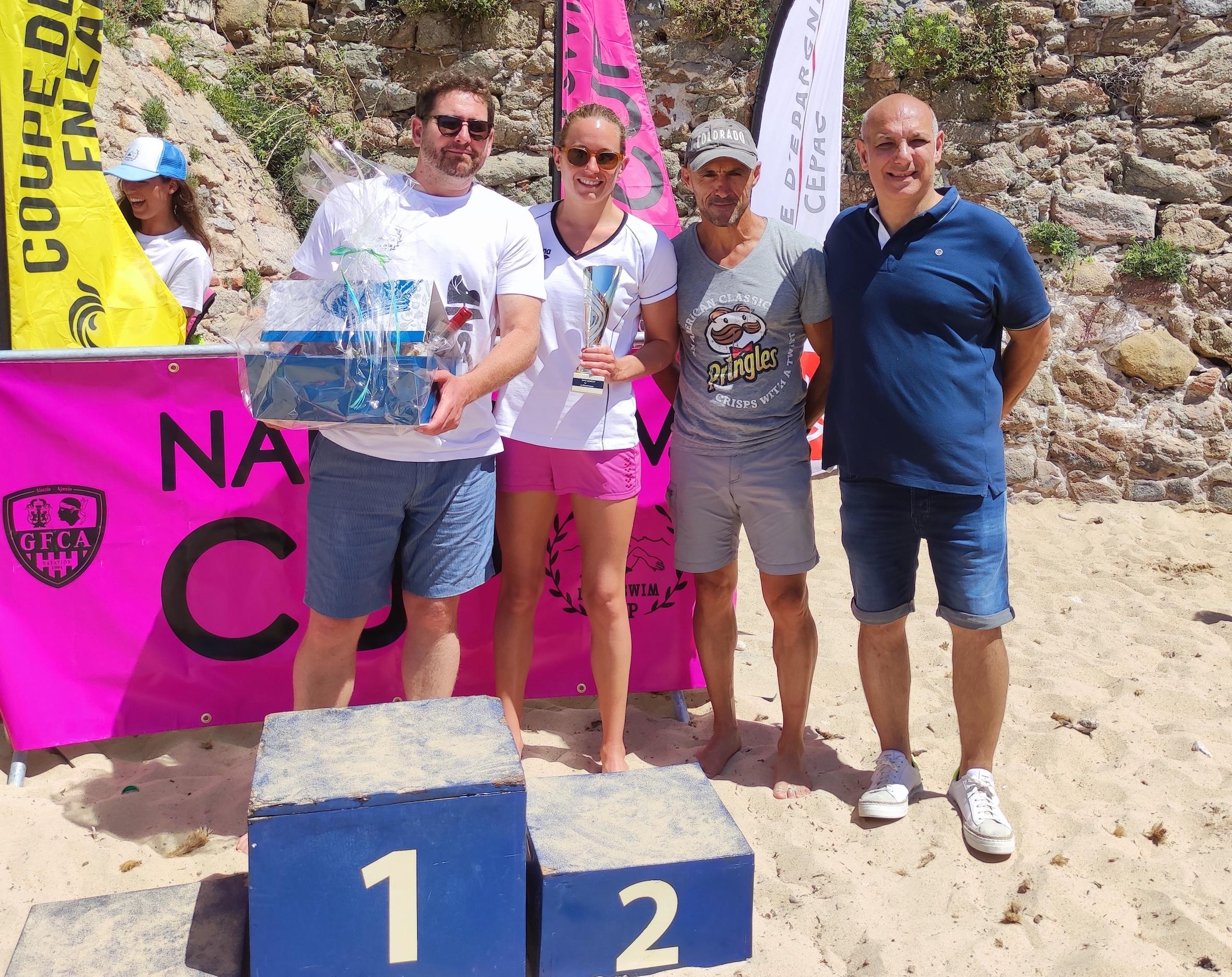 Aurélie Muller et son conjoint Louis Doyez ont remporté la 5km relais, ici aux côtés de Marc Leca directeur des sport à la Ville d'Ajaccio et Stéphane Vannucci, adjoint délégué au Sport (Photos Ville d'Ajaccio).