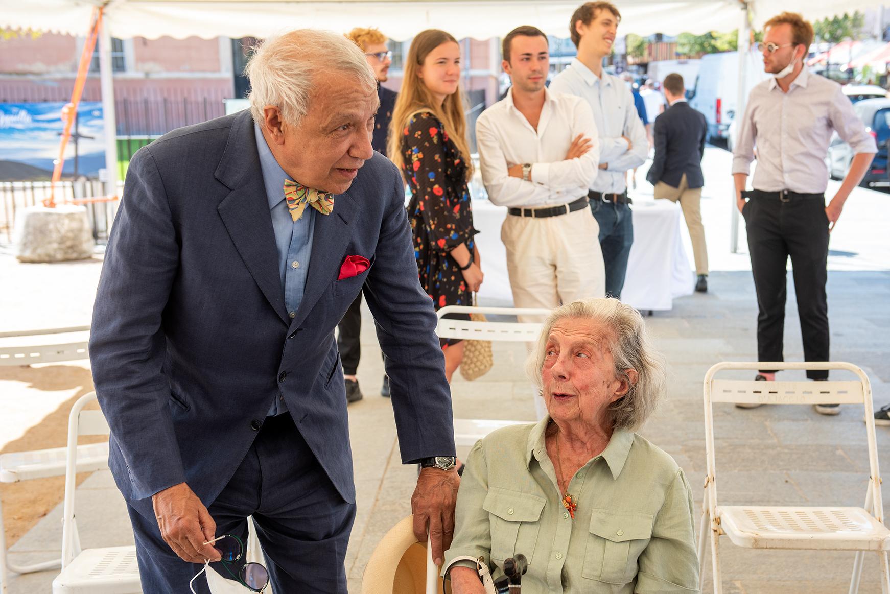 Jean-Pierre Versini-Campinchi, petit-neveu de César Campinchi au côté de Marcelle Graziani qui a 97 ans se souvient très bien du parrain de sa maman dont le nom a été donné à cette place centrale du coeur de ville ajaccien.