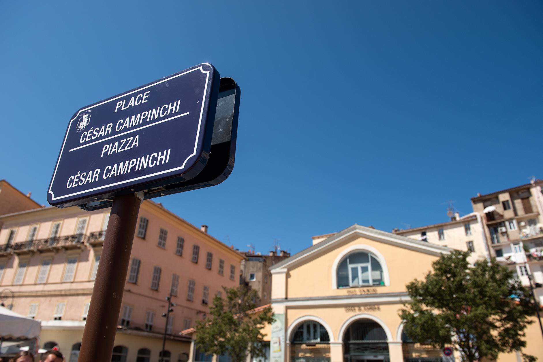La place César Campinchi dévoile sa plaque