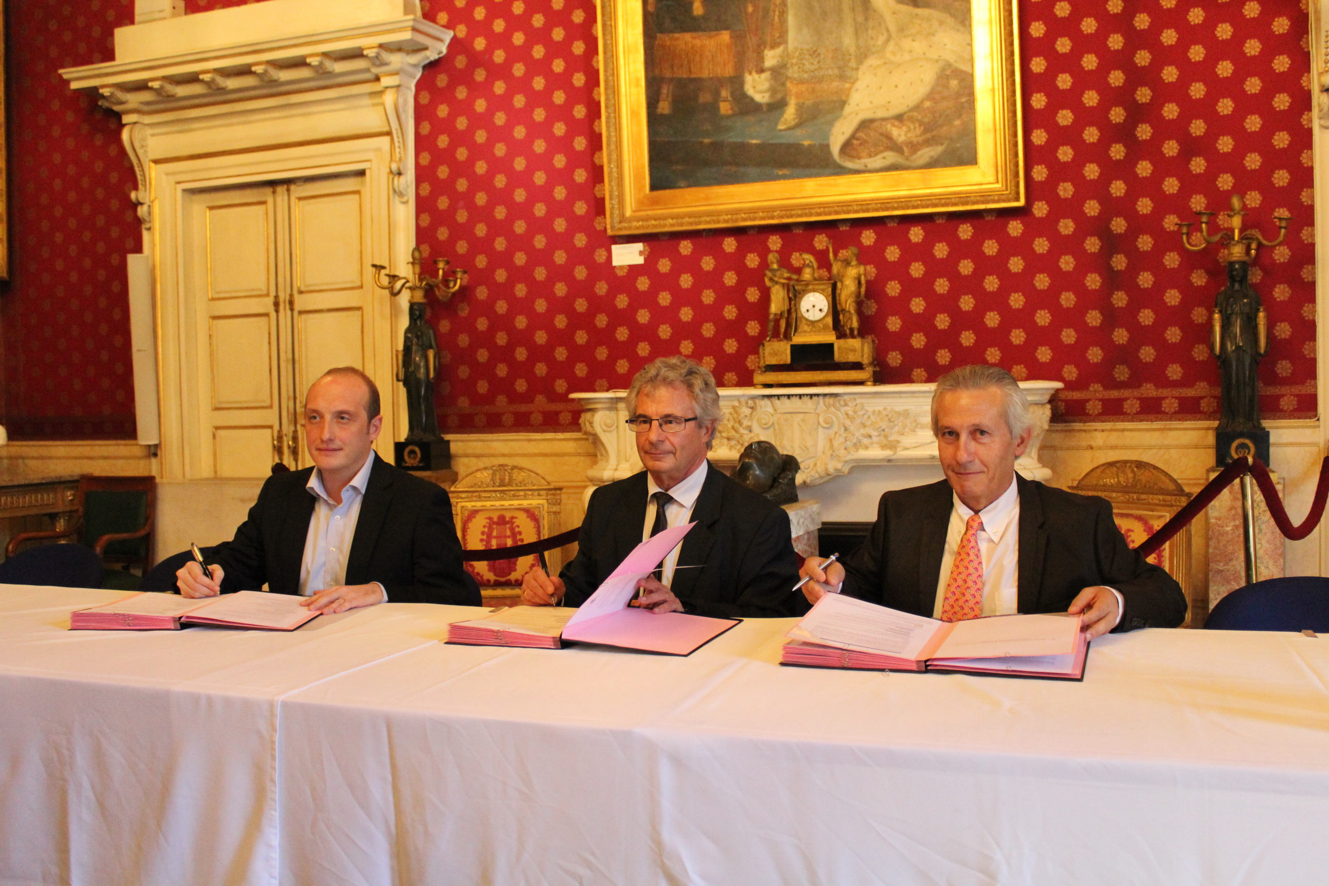Laurent Marcangeli, député-maire d'Ajaccio, Jean-Jacques Deplette, directeur régional des Finances publiques de Corse et du département de Corse-du-Sud, Jacques Coti, comptable public en charge de la Trésorerie du Grand Ajaccio ont signé la convention de partenariat ce vendredi 23 octobre. (Photo P.S.)