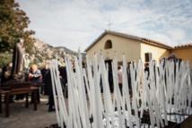 Les cierges sont allumés devant la chapelle, accompagnés d'un voeu.