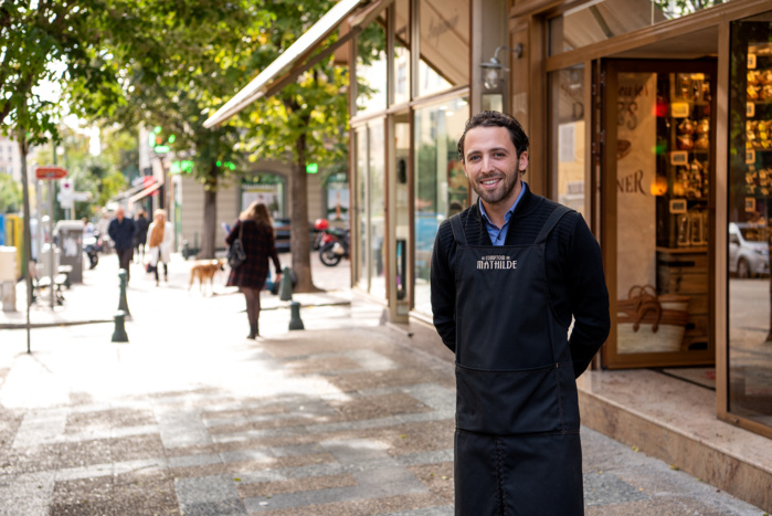 Adrien Tedde devant sa boutique cours Napoléon (Photo Ville d'Ajaccio).