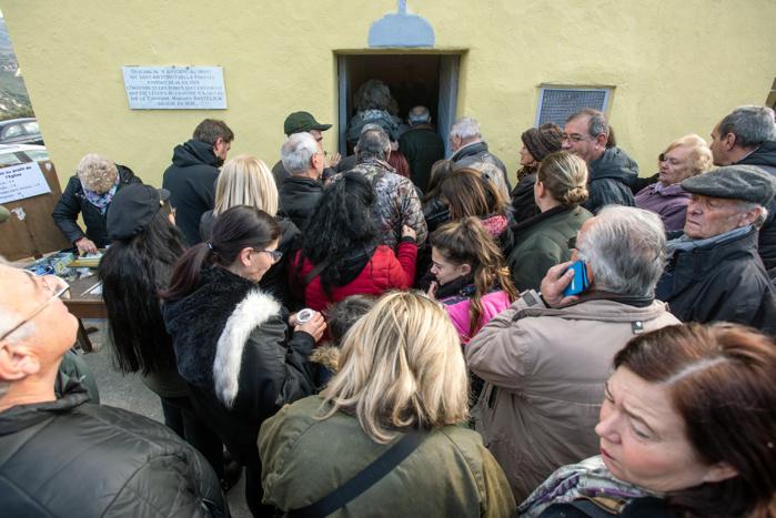 Aussitôt la messe finie, on se presse dans l'oratoire pour la distribution des pains bénis..