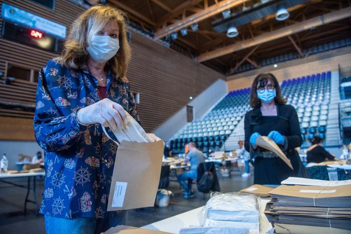 Les masques en tissu sont glissés dans l'enveloppe que chacun recevra dans sa boîte aux lettres accompagné de la notice explicative d'emploi et un mot du maire (Photos Ville d'Ajaccio).