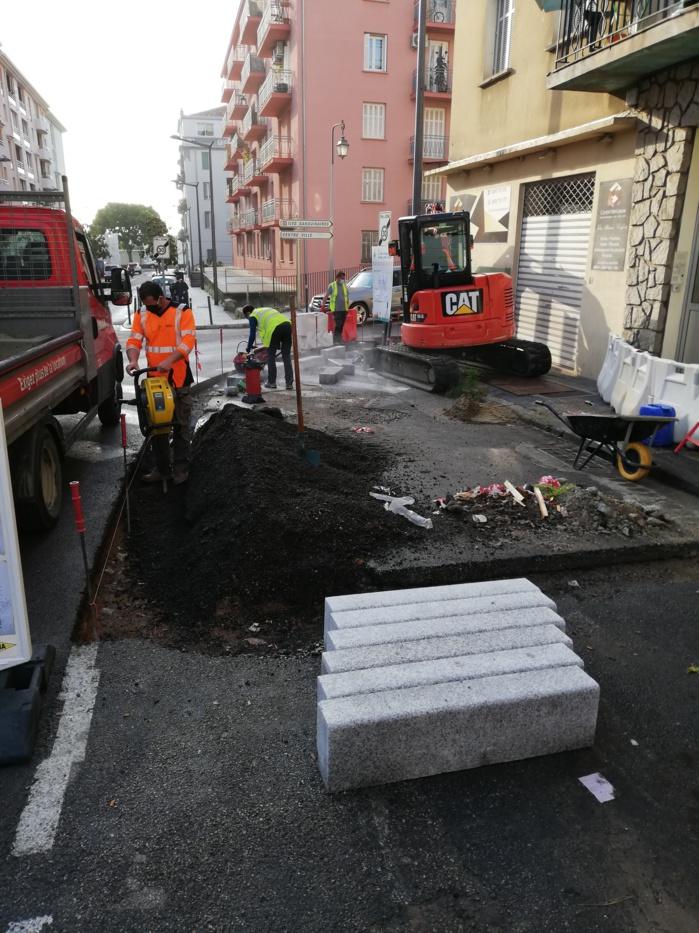 Réfection des trottoirs au carrefour de l'avenue Dominique Paoli et de l'avenue Del Pellegrino.