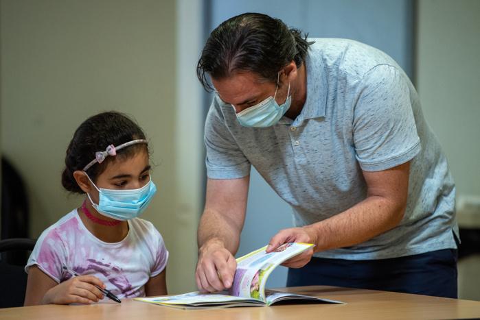 Chaque enfant aborde des notions de leur niveau scolaire sur leur cahier de vacances fourni par le centre social.