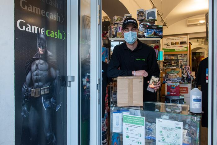 A Game Cash comme pour de nombreux commerces un comptoir extérieur fait office de point de retrait.